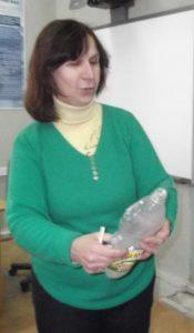 Опыт о вреде курения проводит учитель биологии Тешева Сарет Аисовна