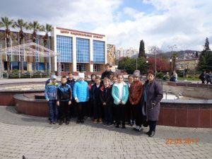 У фонтана на площади ЦНК