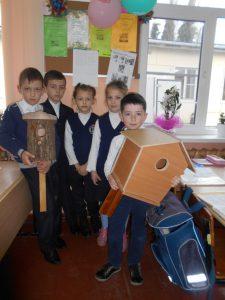 Ученики 1 класса со скворечниками