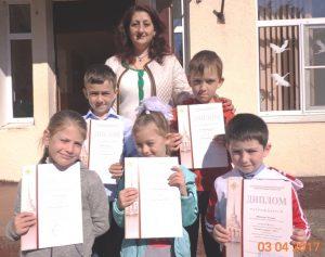 Юля Мих и дети с грамотами Птичий марафон