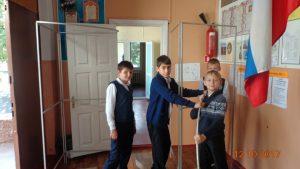 Мальчики 6 класса устанавливают кабинки для тайного голосования