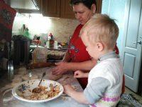 Краснопольский Артем 2 класс помогает своей бабушке
