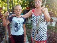 Шенделов Ярослав 2 класс помогает своей бабушке Камозиной Людмиле Федоровне